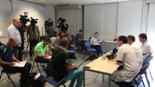 Equipe médica do Centro Hospitalar Universitário de Grenoble Alpes (CHUGA), responsável pelo duplo enxerto de braços realizado com sucesso, durante coletiva de imprensa em 25 de agosto de 2017.