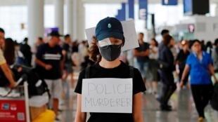 Cette manifestante hongkongaise s'est couvert l'œil pour dénoncer la violence des forces de l'ordre. Un air de déjà-vu en France.