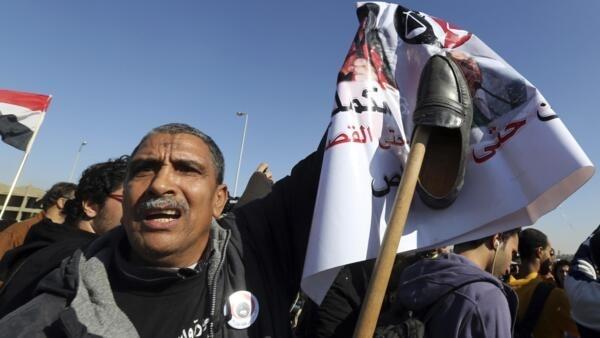 Parente de vítima da violência policial em 2011 protesta na Praça Tahrir contra decisão da Justiça que inocentou Hosni Mubarak.