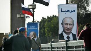 Des portraits de Vladimir Poutine ont été disposés dans la ville du Caire pour accueillir le président russe ce lundi 9 février.