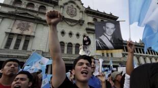 Centenares de guatemaltecos se reunieron en el centro de la capital este sábado 22 de agosto de 2015 para exigir la renuncia de Otto pérez, involucrado en un caso de corrupción.