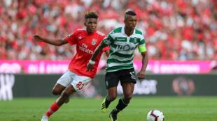 O médio luso-são-tomense Gedson Fernandes (esquerda) com a camisola do Benfica, no jogo frente ao Sporting CP, onde actua o avançado luso-cabo-verdiano Nani (direita).