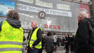 """Mặt tiền trung tâm thương mại Italie 2 bị chiếm lĩnh, với khẩu hiệu """"Thiên nhiên không phải để bán ! Vì một nền sinh thái cho toàn xã hội"""", Paris, 06/10/2019."""