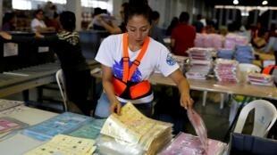 Preparativos de papeletas para las elecciones de este 16 de junio