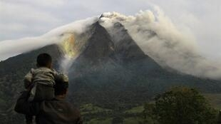 Mount  Sinabung gives off ash clouds