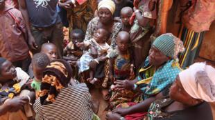 Des réfugiés burundais à l'entrée du camp de Nyarugusu, dans le nord de la Tanzanie, le 11 juin 2015.