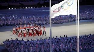 Le drapeau russe porté lors de la cérémonie de clotûre des Jeux Olympiques d'hiver 2014 à Sotchi.