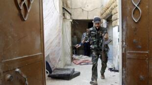 Um combatente do Exército Sírio Livre, em 17 de agosto de 2012