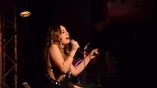 A cantora Roberta Sá se apresenta em Paris