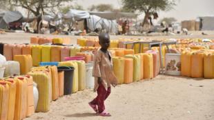 Un enfant déplacé marche près de l'approvisionnement en eau du camp de Kidjendi, près de Diffa, dans le sud-est du Niger, le 19 juin 2016.