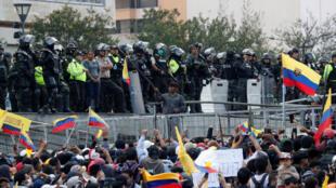 La police équatorienne faisant face aux manifestants à Quito, le 11 octobre 2019.