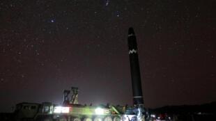 Imagem do teste de lançamento do míssil balístico intercontinental Hwasong-15.