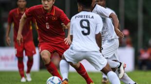Cầu thủ Xuân Trường (áo đỏ) U 22 Việt Nam trước U22 Đông Timor, tại Kuala Lumpur Malaysia trong khuôn khổ Sea Games 29, ngày 25/08/2017.