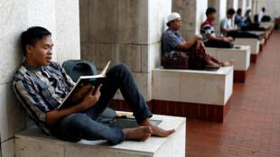 Người Hồi Giáo trong mùa ramadan tại đền thờ Istiqlal, Jakarta, Indonesia, ngày 20/06/2017