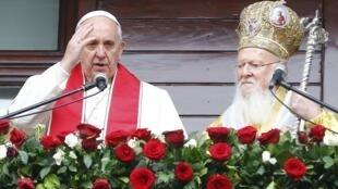 Papa Francisco (0 esq.) ao lado do patriarca ortodoxo Bartolomeu I em Istambul, na Turquia, em 30 de novembro de 2014.