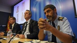 Ministro do Interior do governo catalão Joaquim Forn (C), entre Josep Lluis Trapero, chefe da polícia catalã (D) e Carles Mundo, secretário de Justiça da Catalunha