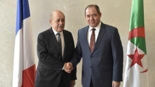 Les ministres français et algérien des Affaires étrangères Jean-Yves Le Drian et Sabri Boukadoum, à Alger le 21 janvier 2020.