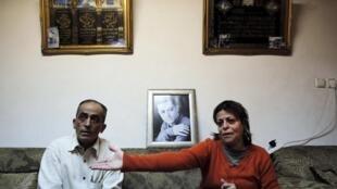 Com a foto do filho ao fundo, choram o pai e a mãe de Muhammad Musallam, o jovem árabe israelense assassinado pelo grupo Estado Islâmico