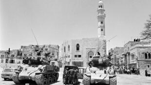 Carros israelíes Super-Sherman delante de la mezquita de Omar en Belén, Cisjordania, el 10 de junio de 1967.