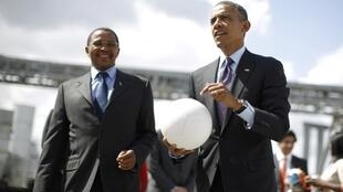 O presidente norte-americano, Barack Obama foi recebido pelo homólogo da Tanzânia, Jakaya Kikwete, e fez algumas embaixadinhas com uma bola tecnológica, que gera energia elétrica, durante evento na cidade de Ubungo.