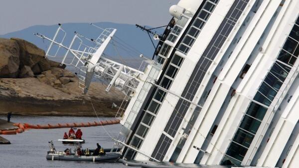 Equipes de resgate se preparam para realizar bucas por desaparecidos submarinas no navio Costa Concordia.