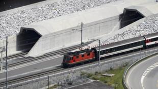 Le tunnel du Saint-Gothard, le plus long tunnel ferroviaire du monde, long de 57 km, inauguré le 1er juin 2016, a nécessité 17 ans de travaux et coûté 11,1 milliards d'euros.