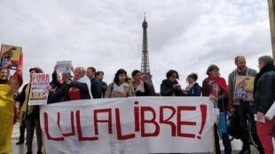 """Manifestantes pedem """"Lula Livre"""" em Paris"""