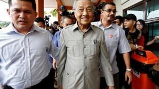 Ông Mahathir Mohamad đến thăm ông Anwar Ibrahim, lãnh đạo đối lập, sau ca phẫu thuật tại một bệnh viện ở Kuala Lumpur, Malaysia, ngày 10/01/2018.