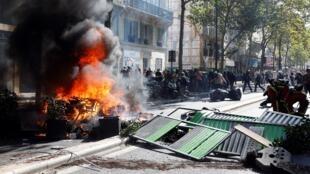 Протестующие попытались возвести на улицах Парижа баррикады