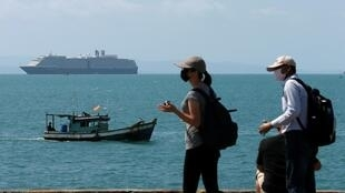 """""""威士特丹号""""邮轮等待进入柬埔寨西哈努克港时远眺"""