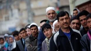 Afegãos fazem fila para votar no primeiro turno da eleição presidencial  no dia 05/04/2014.