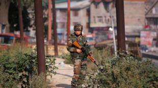 Un soldat indien monte la garde à Srinagar, dans le Cachemire, ce mardi 20 septembre 2016.