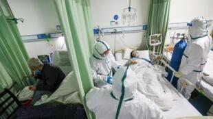 救治新冠肺炎患者的武汉医生资料图片