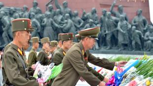 Dâng hoa trước tượng Kim Jong Il ở Bình Nhưỡng. Ảnh do KCNA cung cấp vào tháng 8/2018.