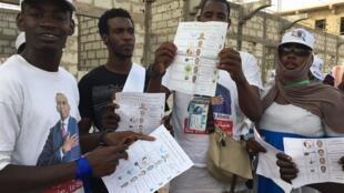 Des jeunes militants du candidat Biram Dah Abeid font de la sensibilisation aux élections dans les rues de Nouakchott, Mauritanie.