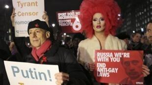 """Grupos denunciam """"lei anti-gay"""" na Rússia. Na foto, manifestação de ativistas Human Rights Watch em Londres, na quarta-feira."""