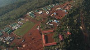 Vue aérienne du camp d'habitations de l'entreprise Rio Tinto, du gisement de fer du mont Simandou en Guinée.