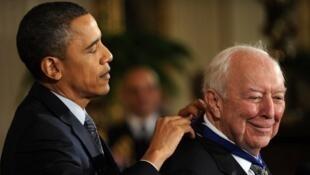 Barack Obama (L) remet la médaille de la liberté 2010 à Jasper Johns, le 15 février 2011 à la Maison Blanche, la plus haute distinction civile, décernée à des personnes qui ont apporté une contribution méritoire à la nation dans divers domaines.