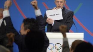 O presidente do COI, Jacques Rogge, exibe o nome da cidade vencedora, Tóquio.