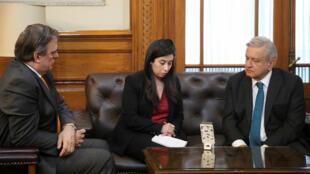 Le ministre mexicain des Affaires étrangères Marcelo Ebrard et le président Lopez Obrador, lors d'un entretien téléphonique avec le président Trump, le 5 novembre à Mexico après le massacre de mormons américains.