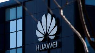 Logo tập đoàn Hoa Vi (Huawei) tại văn phòng ở Bắc Kinh. Ảnh chụp ngày 06/12/2018.