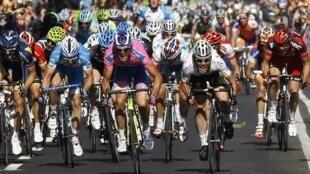 Alessandro Petacchi corredor del equipo Lampre-ISD de Italia sobrepasa a Mark Cavendish del HTC-Highroad en los 244 km de la segunda etapa del Giro entre Alba y Parma