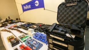 Armas apreendidas pela polícia belga na localidade de Charleroi, em janeiro de 2015.
