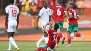 Le marocain Mbark Boussoufa soulagé après l'ouverture du score contre son camp de l'attaquant namibien Itamunua Keimuine.