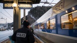 Policiais franceses reforçaram controle na fronteira com a Itália para evitar a entrada de migrantes ilegais.