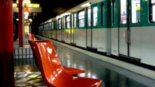 Paris tem 14 linhas de metrô, além de cinco trens metropolitanos.