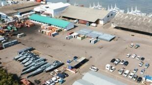 """Os barcos de pesca de """"Ematum"""" e 8 lanchas rápidas, pertencentes à empresa estatal moçambicana """"Proindicus"""", no Porto de Maputo, em 22 de abril de 2016."""