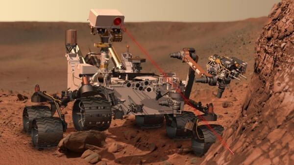 L'instrument ChemCam de Mars Curiosity au travail pour analyser  la composition du sol martien.