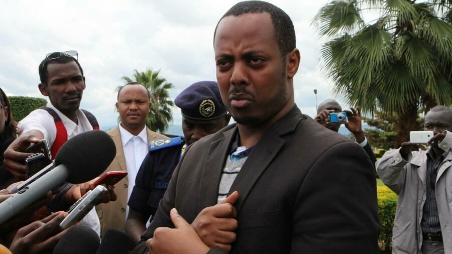 Kizito Mihigo s'adresse aux médias le 15 avril 2014 à Kigali.