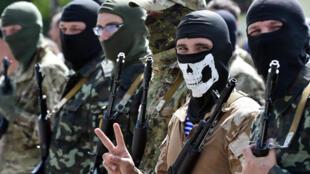 Des volontaires du bataillon Donbass lors d'une cérémonie près de Kiev, le 23 juin 2014.